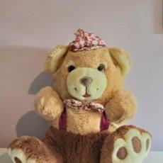 Juguetes Antiguos: TEDDY BEAR. PELUCHE 30 CMS SENTADO. OSO CON PAJARITA. Lote 141797230