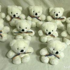 Brinquedos Antigos: LOTE DE 13 PELUCHES OSITOS BLANCOS CON LAZO ARCO IRIS. 15CM. DAKIN. A ESTRENAR. Lote 194342252