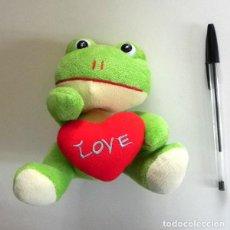 Juguetes Antiguos: PELUCHE - RANA VERDE - CON CORAZÓN ROJO LOVE ( AMOR ) - JUGUETE MUÑECO - DE - RANITA - 15 CM ANIMAL. Lote 204785663