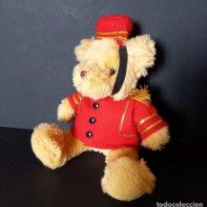Juguetes Antiguos: OSITO DE PELUCHE BOTONES - THE TEDDY BEAR COLLECTION ROPA Y ACCESORIOS ORIGINALES 22 CM. Lote 221800917