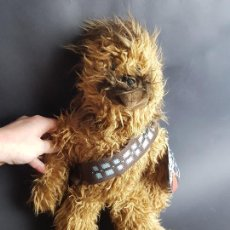 Juguetes Antiguos: PELUCHE MUÑECO CHEWBACCA STAR WARS LUCASFILMS. Lote 232067925