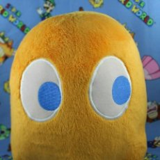 Juguetes Antiguos: NAMCO BANDAI PLAY BY PLAY PAC-MAN CLYDE GHOST PELUCHE 20 CM ALTO OFICIAL. Lote 270179313