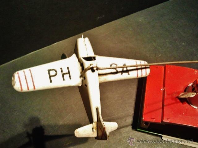 Juguetes antiguos Payá: Antiguo balancín con avión y hangar de Payá. Año 1950. - Foto 2 - 41700569