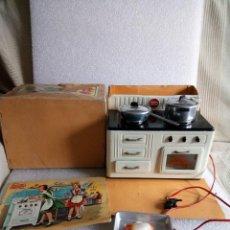 Juguetes antiguos Payá: COCINA ELECTRICA HOJALATA DE PAYA AÑOS 50 CREO CON CAJA Y RECETARIO. Lote 149584422