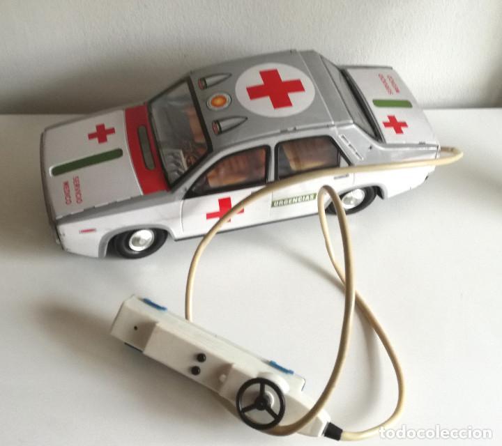 Juguetes antiguos Payá: Servicio Médico Ambulancia hojalata Renault 12 PAYÁ Cable tele dirigido FUNCIONANDO años 70 - Foto 2 - 191452905
