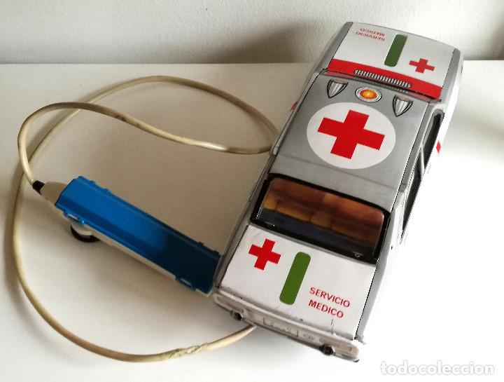 Juguetes antiguos Payá: Servicio Médico Ambulancia hojalata Renault 12 PAYÁ Cable tele dirigido FUNCIONANDO años 70 - Foto 6 - 191452905
