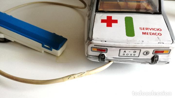 Juguetes antiguos Payá: Servicio Médico Ambulancia hojalata Renault 12 PAYÁ Cable tele dirigido FUNCIONANDO años 70 - Foto 7 - 191452905