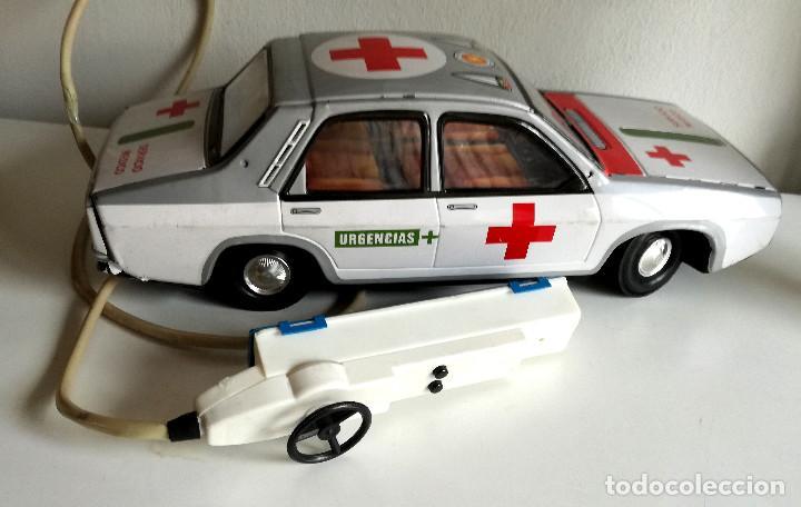 Juguetes antiguos Payá: Servicio Médico Ambulancia hojalata Renault 12 PAYÁ Cable tele dirigido FUNCIONANDO años 70 - Foto 9 - 191452905