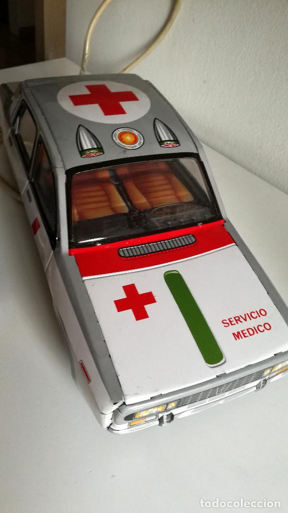 Juguetes antiguos Payá: Servicio Médico Ambulancia hojalata Renault 12 PAYÁ Cable tele dirigido FUNCIONANDO años 70 - Foto 10 - 191452905
