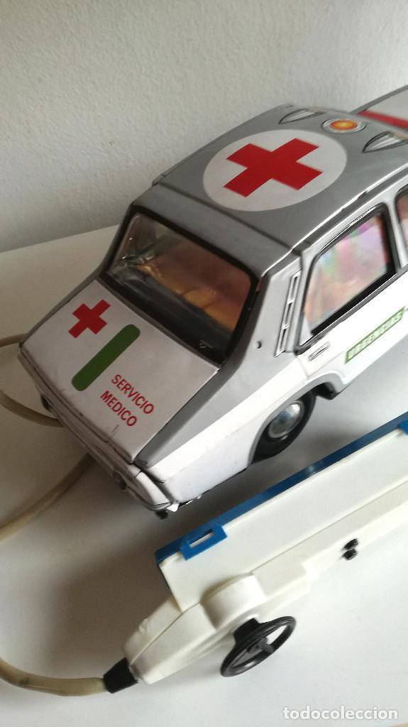 Juguetes antiguos Payá: Servicio Médico Ambulancia hojalata Renault 12 PAYÁ Cable tele dirigido FUNCIONANDO años 70 - Foto 11 - 191452905