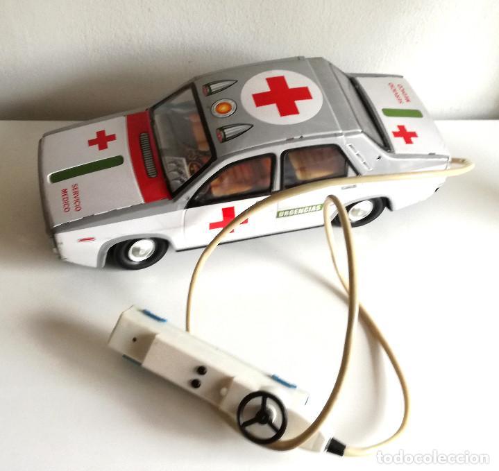 Juguetes antiguos Payá: Servicio Médico Ambulancia hojalata Renault 12 PAYÁ Cable tele dirigido FUNCIONANDO años 70 - Foto 12 - 191452905