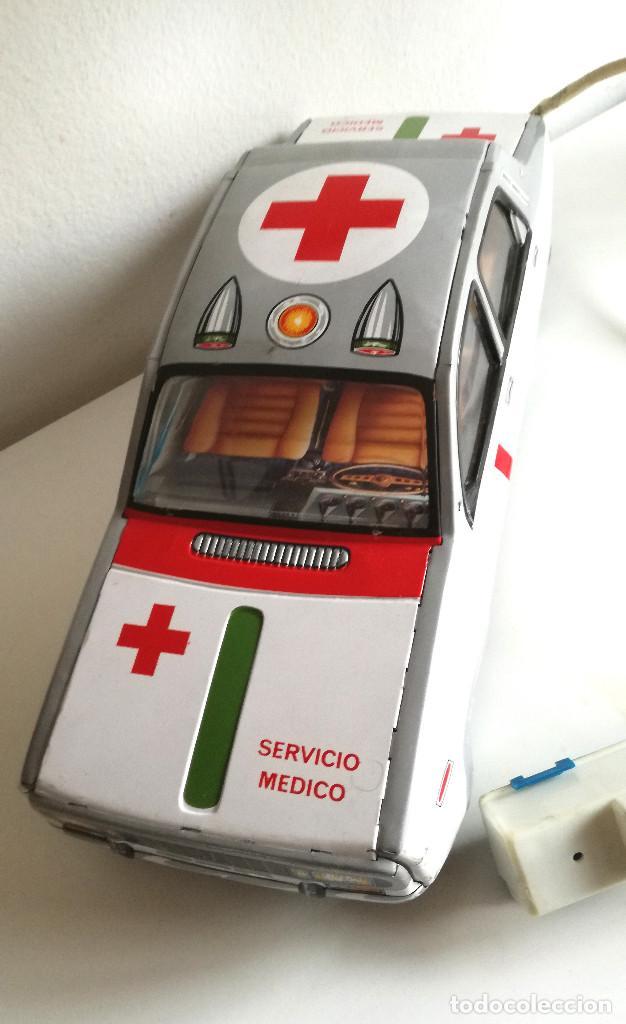 Juguetes antiguos Payá: Servicio Médico Ambulancia hojalata Renault 12 PAYÁ Cable tele dirigido FUNCIONANDO años 70 - Foto 14 - 191452905