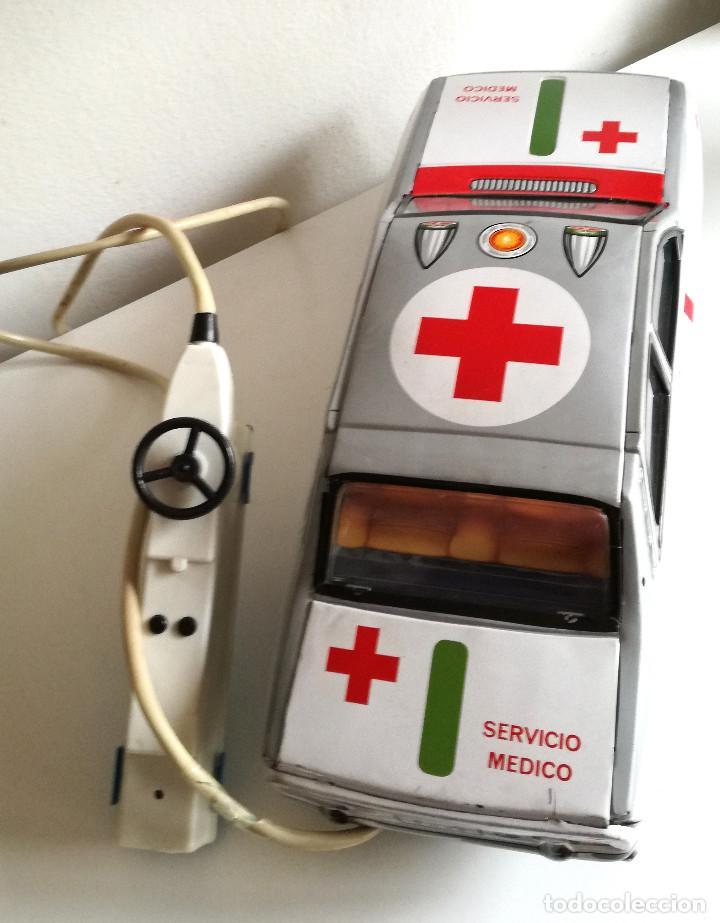 Juguetes antiguos Payá: Servicio Médico Ambulancia hojalata Renault 12 PAYÁ Cable tele dirigido FUNCIONANDO años 70 - Foto 16 - 191452905