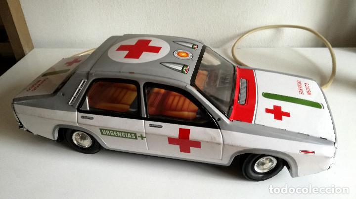 Juguetes antiguos Payá: Servicio Médico Ambulancia hojalata Renault 12 PAYÁ Cable tele dirigido FUNCIONANDO años 70 - Foto 19 - 191452905