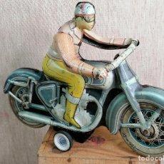 Juguetes antiguos Payá: MOTOCICLETA MOTO PAYA AÑOS 50 CON MOTORISTA A CUERDA. RUEDAS: DUNLOP CORD 350-19 - 30 CM DE LARGO. Lote 204781952