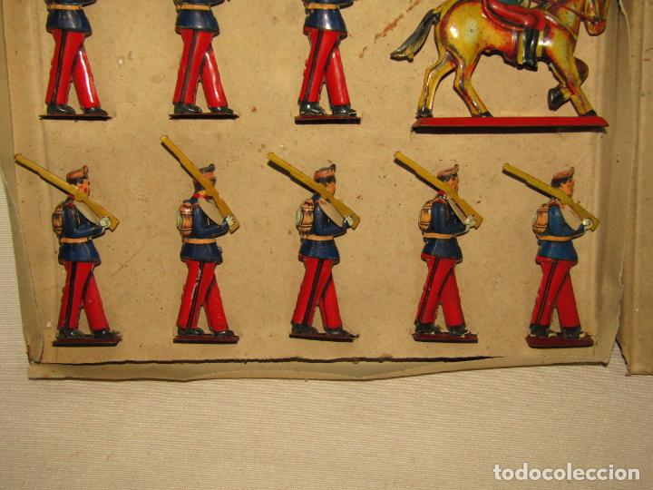 Juguetes antiguos Payá: Antigua Caja con Soldados de Infantería en Hojalata Litografiada de Juguetes PAYÁ - Año 1920s. - Foto 2 - 220653437