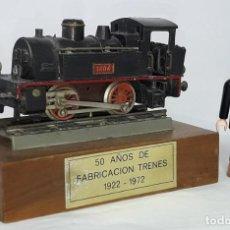 Juguetes antiguos Payá: LOCOMOTORA PAYA 1404 CON PEANA Y PLACA 50 AÑOS DE FABRICACION TRENES , 1922 - 1970. Lote 220952298