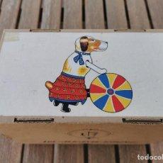 Juguetes antiguos Payá: CAJA PERRO Y PELOTA HOJALATA - PAYA - VACIA - EN BUENAS CONDICIONES VER FOTOS. Lote 267269944