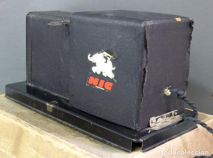 Juguetes Antiguos: Proyector Cine Nic tamaño grande cartón base hojalata años 40 Modelo para sonoro - Foto 4 - 70086665