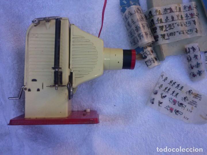 Juguetes Antiguos: Proyector de cine paya, juguete antiguo, funcionando. Con una película - Foto 3 - 71219101