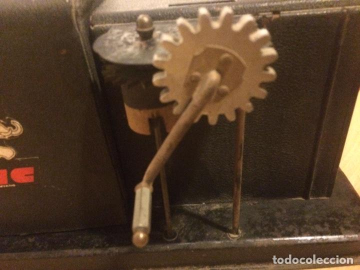 Juguetes Antiguos: Antiguo proyector de cine nic sonoro - Foto 2 - 104553203