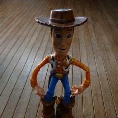Giocattoli Antichi: MUÑECO SHERIFF WOODY. TOY STORY. DISNEY/PIXAR. HASBRO 2001. BRAZOS ARTICULADOS. DEFECTOS. Lote 112474055