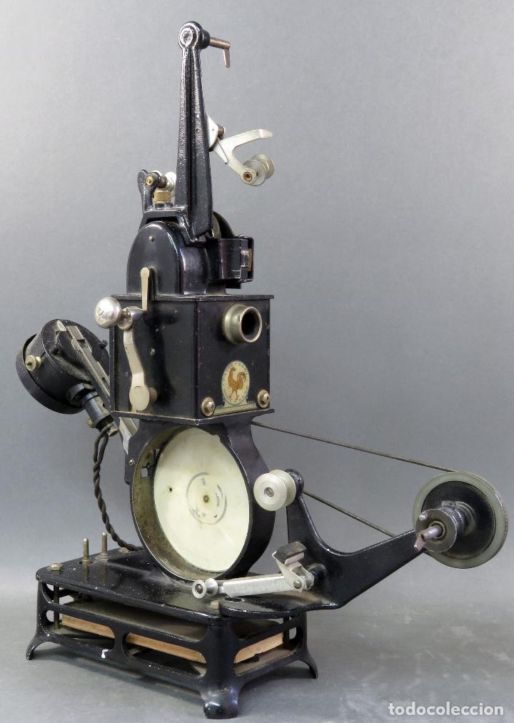 Juguetes Antiguos: Proyector Pathé Baby 9,5 mm con una película hacia 1920 - Foto 5 - 128980255