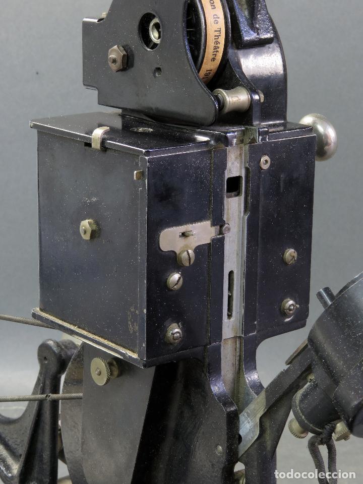 Juguetes Antiguos: Proyector Pathé Baby 9,5 mm con una película hacia 1920 - Foto 9 - 128980255