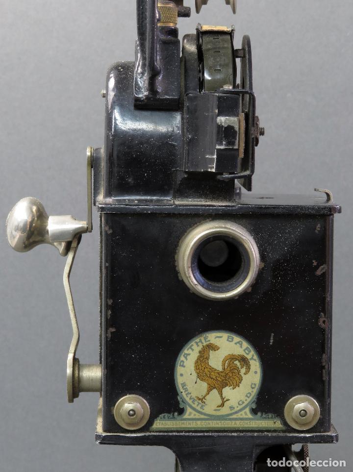 Juguetes Antiguos: Proyector Pathé Baby 9,5 mm con una película hacia 1920 - Foto 10 - 128980255
