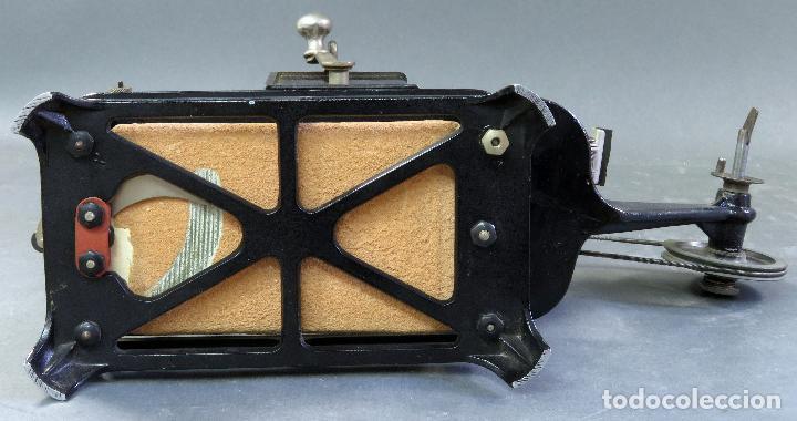 Juguetes Antiguos: Proyector Pathé Baby 9,5 mm con una película hacia 1920 - Foto 12 - 128980255