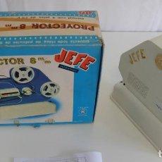 Juguetes Antiguos: JUGUETE MARCA JEFE CASA SALUDES - PROYECTOR A MOTOR 8 MM CON SU CAJA. Lote 151235514