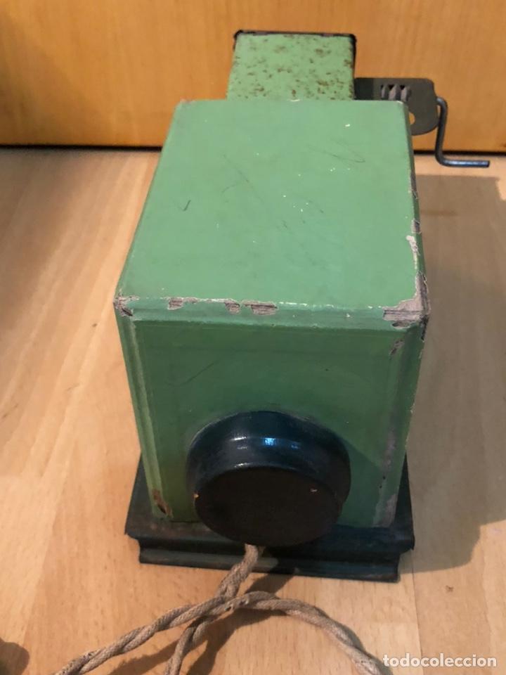 Juguetes Antiguos: Proyector de cine nic de hojalata y cartón verde - Foto 5 - 178628198