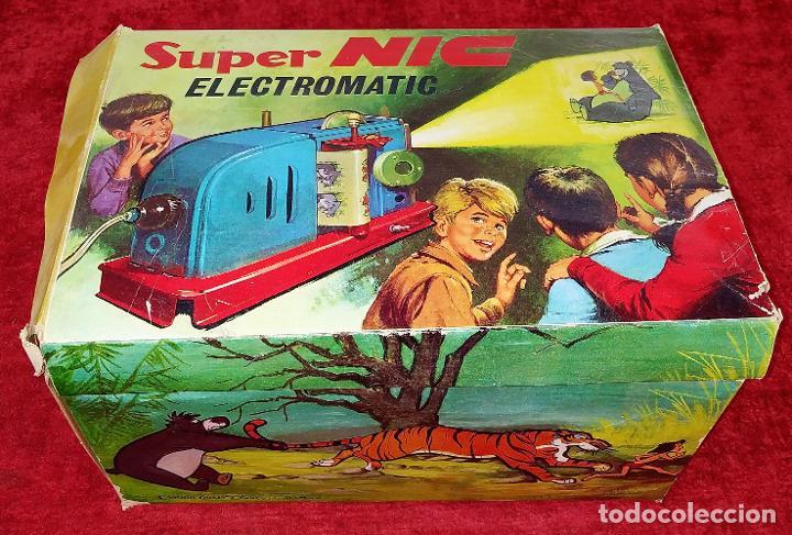 PROYECTOR SUPER NIC ELECTROMATIC. CAJA ORIGINAL. CON 13 PELÍCULAS. ESPAÑA. CIRCA 1966 (Juguetes - Pre-cine y Cine)