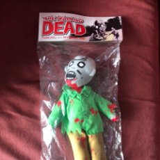 Juguetes Antiguos: THE WALKING DEAD PLUSH DOLL WITH REMOVABLE HEAD NEW SEALED. Lote 224183487