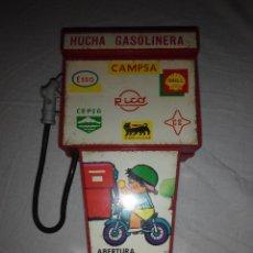 Juguetes antiguos Rico: JUGUETE HUCHA GASOLINERA RICO GASOLINERA. PUBLICIDAD CAMPSA, SHELL,CEPSA, ESSO SUPERMOTOROIL AÑOS 70. Lote 46877022