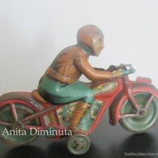 Juguetes antiguos Rico: ANTIGUA MOTO DE JUGUETE DE RICO - MOTORISTA AÑOS 40 - EN HOJALATA CHAPA LITOGRAFIADA - A CUERDA - OR. Lote 56672266