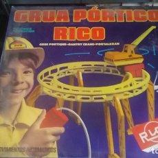 Juguetes antiguos Rico: ANTIGUA GRUA DE RICO GRUA PORTICO RICO FUNCIONANDO EN CAJA. Lote 73634503