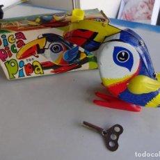 Juguetes antiguos Rico: PAJARO DE HOJALATA A CUERDA PICA PICA CON PIPA. EN CAJA ORIGINAL. JUGUETE RICO. Lote 86023280