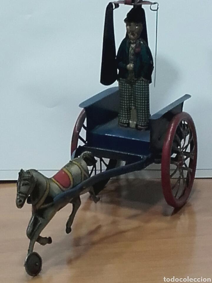 Juguetes antiguos Rico: CARRO CON HOMBRE PARAGUAS TIRADO POR CABALLO DE CHAPA LITOGRAFIADA. A CUERDA. RICO 1920. - Foto 5 - 110705400