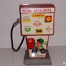 Juguetes antiguos Rico: RICO : ANTIGUA HUCHA SURTIDOR DE GASOLINA / GASOLINERA DE HOJALATA Y PLASTICO AÑOS 70 CAMPSA CEPSA. Lote 135012150