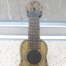Juguetes antiguos Rico: CARRACA FORMA GUITARRA HOJALATA LITOGRAFIADA FABRICADA POR RICO AÑOS 40 * PERFECTA *. Lote 177714319
