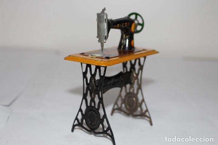 Juguetes antiguos Rico: Máquina de coser RICO. De lata - hojalata litografiada. Ibi (Alicante). Años 30 - Foto 2 - 191068796