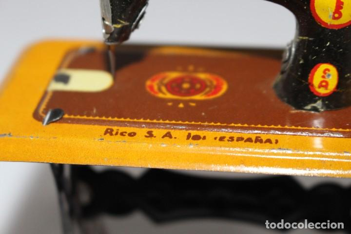 Juguetes antiguos Rico: Máquina de coser RICO. De lata - hojalata litografiada. Ibi (Alicante). Años 30 - Foto 3 - 191068796