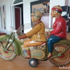 Juguetes antiguos Rico: ANTIGUA MOTO CON MOTORISTA Y PASAJERA, RICO. AÑOS 50. Lote 287091788