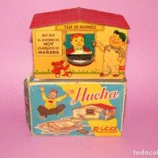 Juguetes antiguos Rico: ANTIGUA HUCHA CAJA DE AHORROS EN HOJALATA LITOGRAFIADA DE JUGUETES RICO - AÑO 1950-60S.. Lote 289693693