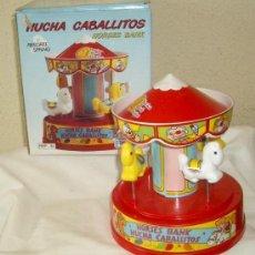 Juguetes antiguos Román: HUCHA CABALLITOS DE ROMÁN,CAJA ORIGINAL,A ESTRENAR. Lote 26336682
