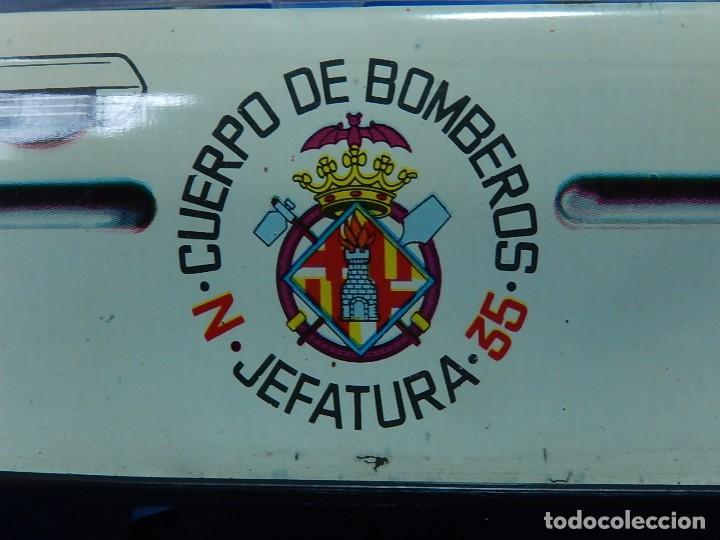 Juguetes antiguos Román: Seat 131 L, Cuerpo de Bomberos Jefatura. N 35. Distintivo de bomberos de Barcelona. Román. España. - Foto 5 - 120751831