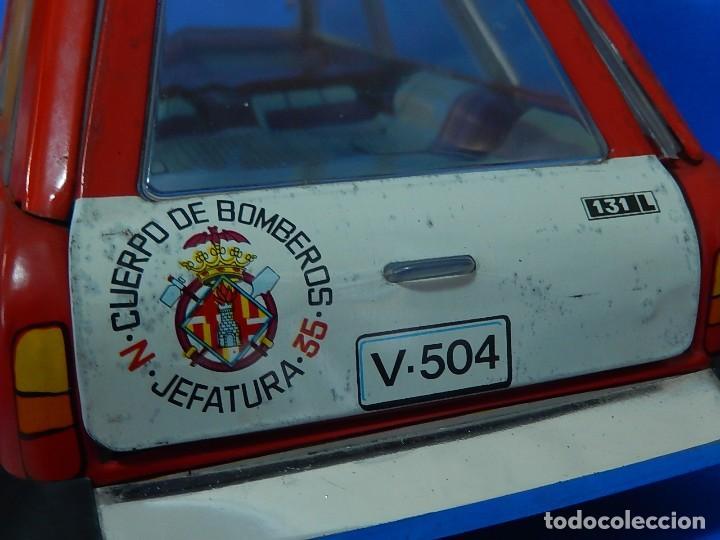 Juguetes antiguos Román: Seat 131 L, Cuerpo de Bomberos Jefatura. N 35. Distintivo de bomberos de Barcelona. Román. España. - Foto 18 - 120751831