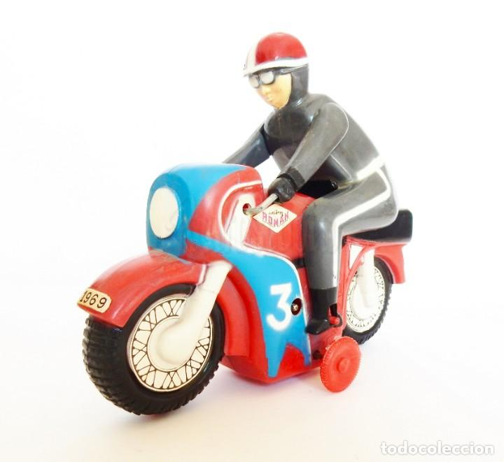 MOTO DE CARRERAS Nº 3 MOTOCICLETA A CUERDA DE ROMÁN. AÑOS 60 FUNCIONANDO (Juguetes - Marcas Clásicas - Román)