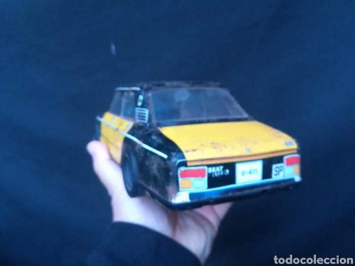 Juguetes antiguos Román: Taxi de juguete ( Seat 132L) de hojalata - Foto 3 - 184933617